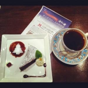 今回も、「Cafe Kova Garden」さんが、クリスマスにちなんだ素敵なケーキをつくってくださいました。