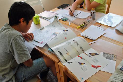 日本のLCCと大手航空会社の比較に取り組む生徒