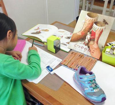 いまい あやのさんの『くつやのねこ』を読んだ後、自分のくつを観察しながら、「もしも動物の靴をつくる靴屋さんになるなら」というテーマで作文を書く生徒